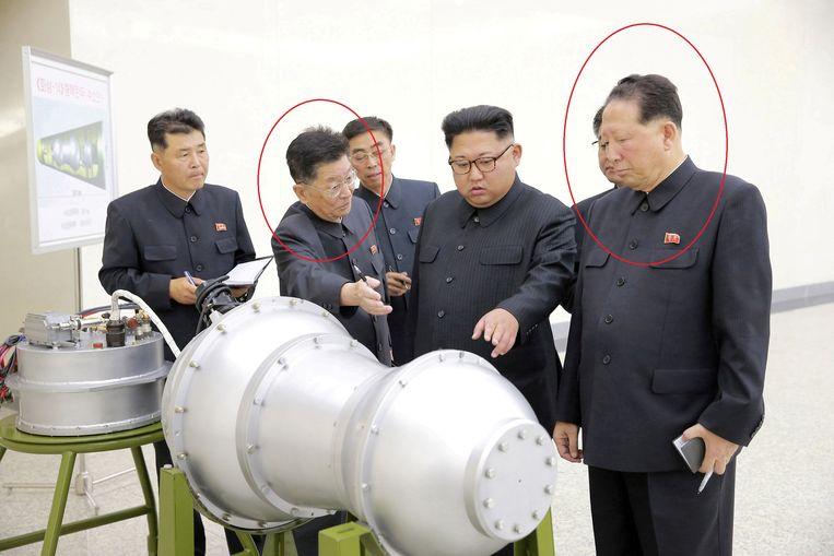 Ri Hong Sop (links) en Hong Sung Mu (rechts) geven uitleg aan Kim Jong-un.