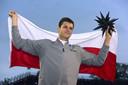 Hubert Hurkacz poseert met de trofee en de Poolse vlag.