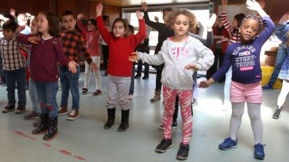 Kindjes spelen in het Nederlands