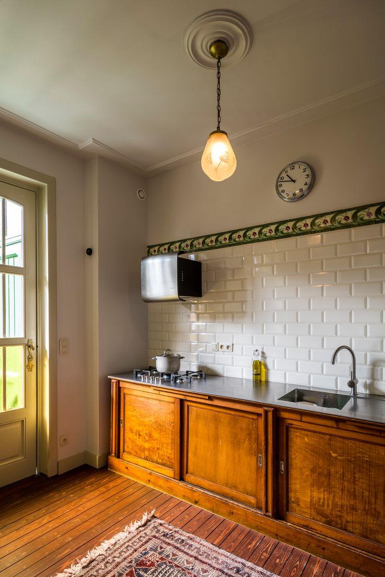 Een oude chemiekast werd omgebouwd tot keuken.  Beeld Luc Roymans