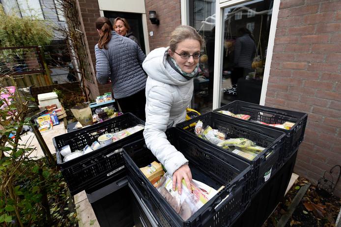 Mary Dupré komt iedere week naar het uitgiftemoment van de Levensmiddelen Weggeefhoek. Op de achtergrond initiatiefneemster Iris Loussos en Corrie Romijn die de producten levert.