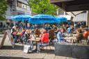 De Wasbar op de hoek van de Mageleinstraat en de Volderstraat zorgde voor een vrolijke noot met wapperende knalblauwe parasol