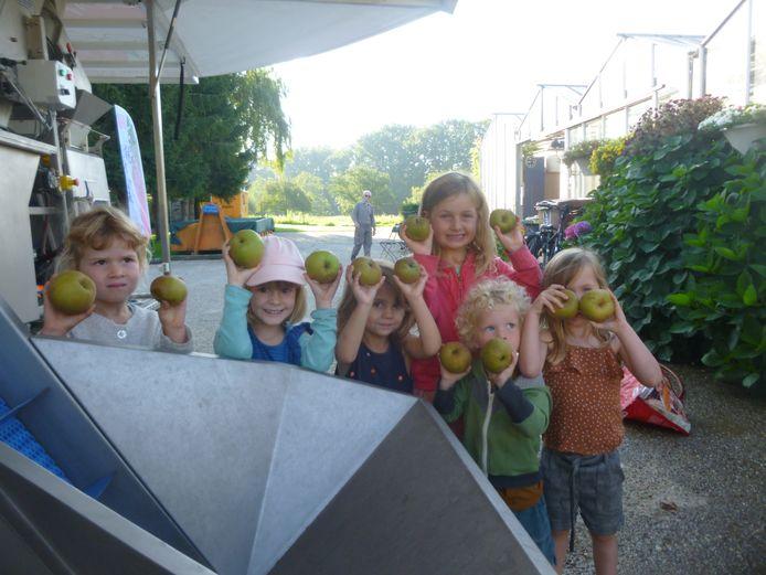 Woensdag kon iedereen appels en peren laten verwerken tot sap aan de Sapsappel op de gemeenteboerderij in Schoten