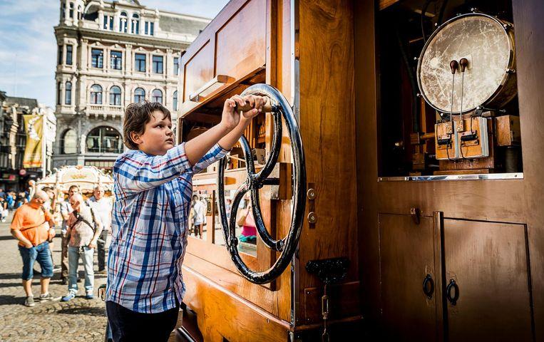 2016-09-10 11:32:38 AMSTERDAM - Een orgeldraaier op de Dam tijdens het Draaiorgelfestival. Het festival wordt sinds 2004 jaarlijks op en rondom de Dam gehouden. ANP REMKO DE WAAL Beeld anp