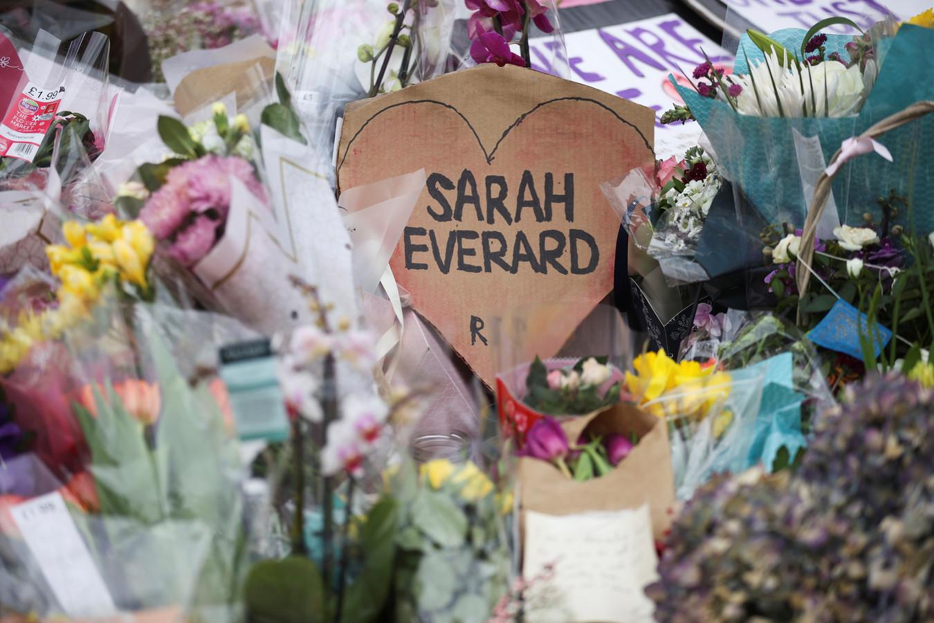 Bloemen om Sarah te herdenken.