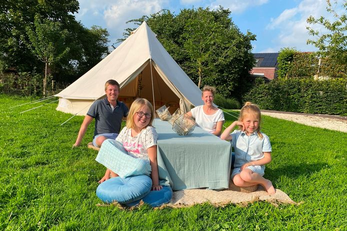 Dominique De Bondt, Toon Keppens en dochtertjes Heleen en Merel uit Mere van Nachtraafjes zijn verzot op kamperen.