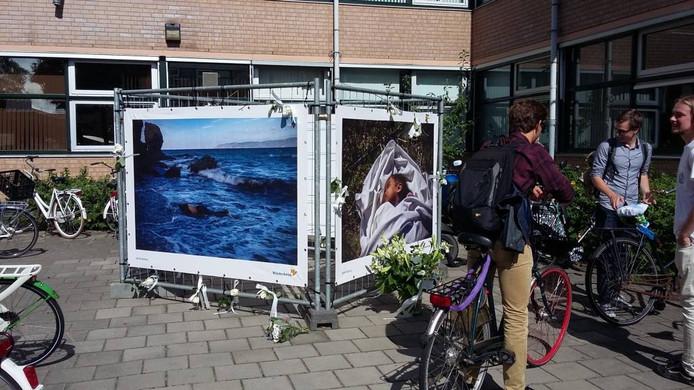 Studenten en medewerkers van Hogeschool Windesheim maken van de tentoongestelde heftigste foto's van de Spaanse fotojournalist Javier Bauluz een 'grafmonument'. Foto Janske Mollen