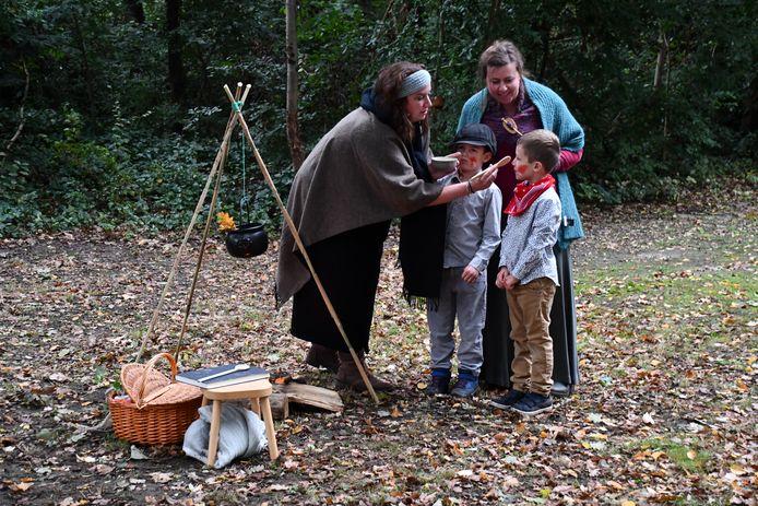 Mieke Pot gaat met haar zoontjes Rikske en Fikse naar heks Wanneke Stok om hen te laten genezen van hun rode uitslag