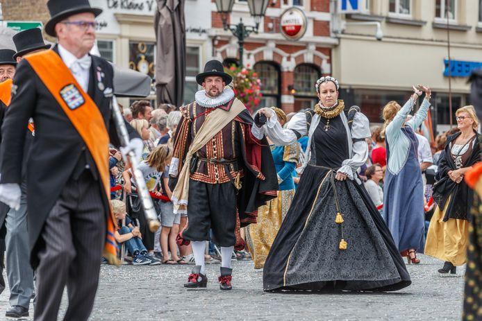Sfeerbeeld van de Brabant Stoet die in 2018 door de binnenstad van Bergen op Zoom trok. Vraag is wat overblijft van de stad van stoet en spel nu de gemeente fors moet bezuinigen.