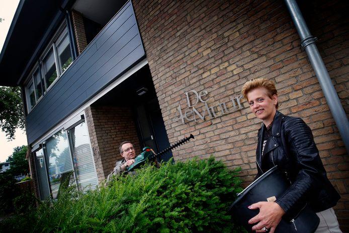Janet en Marcel Kijkuit voor hun woning, die de naam 'De 4e muur' heeft.