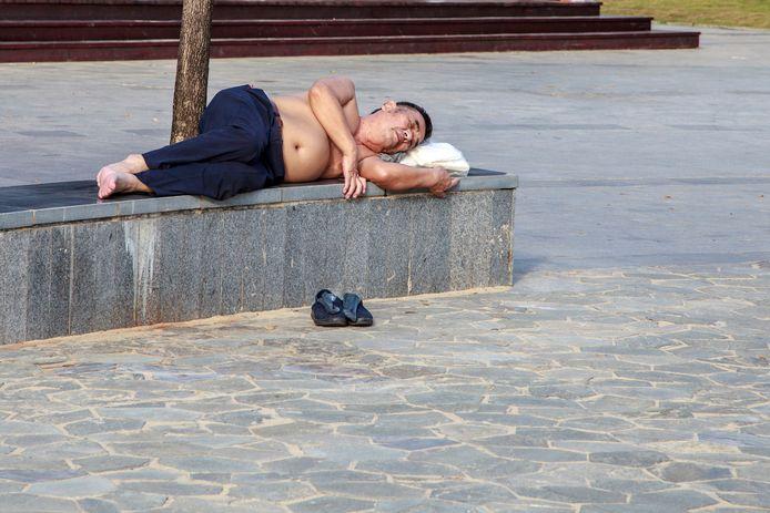 De hitte in de Chinese steden loopt 's zomers op tot wel 40 graden en dus gaan de shirts uit.