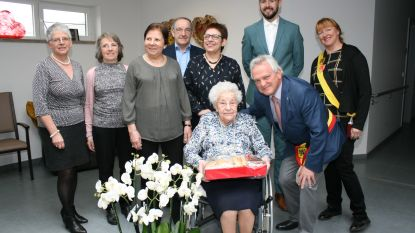 'Tante Pie' viert 102de verjaardag met doos koekjes van koning Filip