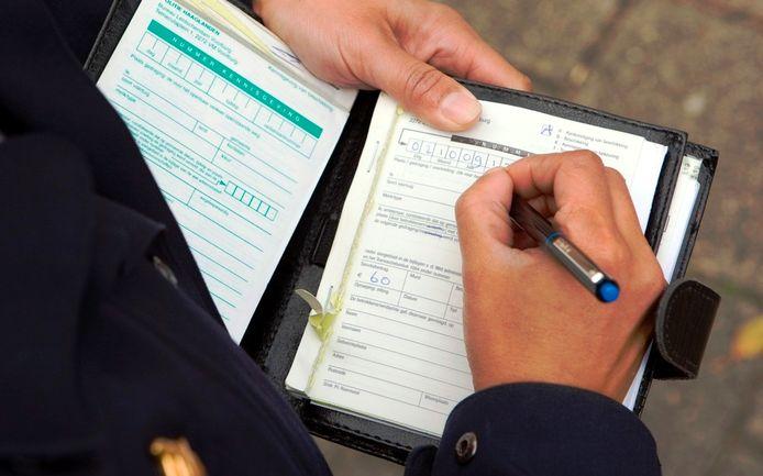 Het uitschrijven van een bekeuring. Foto: ANP