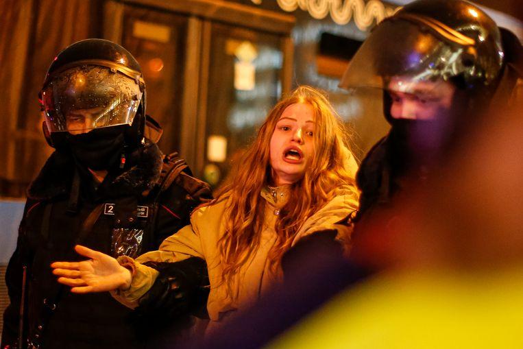 De Russische oproerpolitie arresteert zaterdag een vrouw op het Pushkinplein in Moskou bij een demonstratie tegen de detentie van oppositieleider Aleksej Navalny. Beeld AP