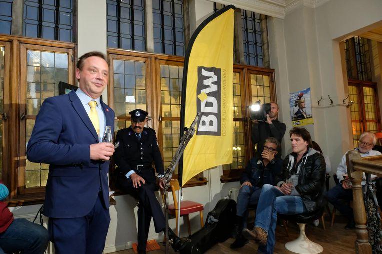 Geert Beullens stelde als schijnburgemeester BDW zijn lijst voor de verkiezingen voor, met onder meer Manou Frateur van De Buurtpolitie, Marcel Vanthilt en Vitalski Baeken.