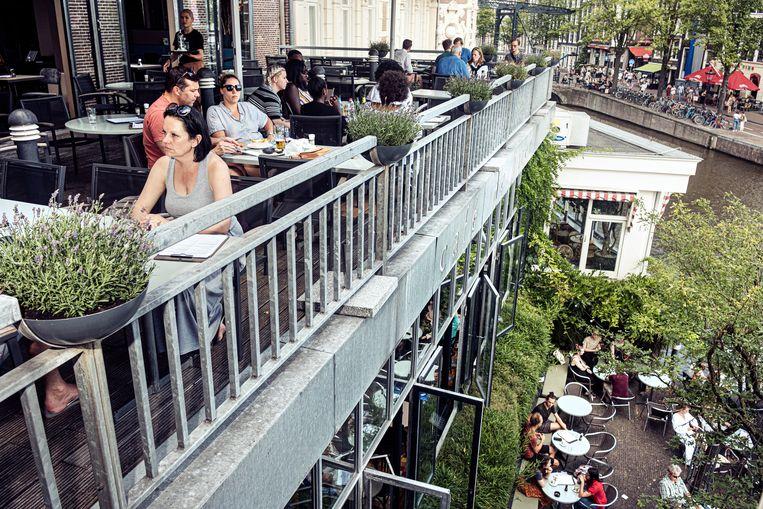 In Café De Jaren mag je wel roken op het terras, maar niet meer op het balkon. Beeld Jakob Van Vliet