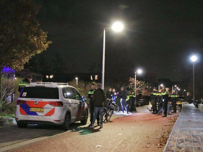 Een grote groep jongeren in Barneveld werd vorige week donderdag ingesloten door de politie.