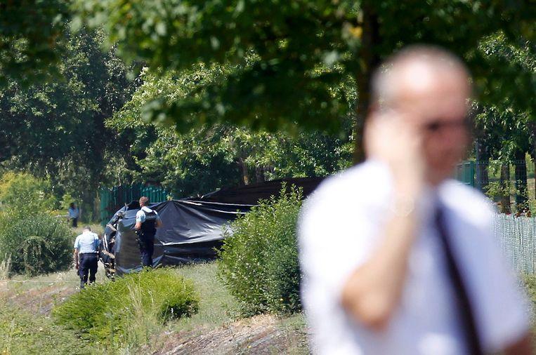 Politie bewaakt de afgeschermde plek nabij het bedrijf Air Products waar het onthoofde lichaam werd aangetroffen.