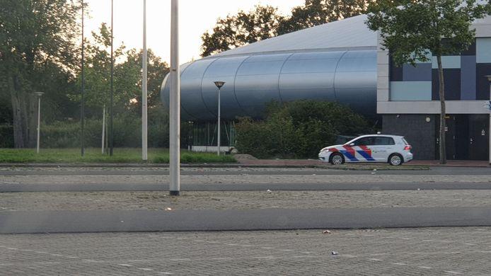 De politie houdt de parkeerplaats van ijsbaan Twente goed in de gaten.