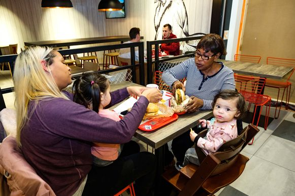 """Jessica en Christine samen met de kindjes: """"Ik ben een hele grote fan van KFC. Zeker tweemaal per maand ga ik er eten."""""""