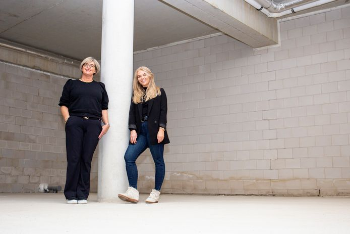 Anneke (links) en Sam Doornekamp in het pand waar ze hun beautysalon MoreITZ gaan starten.