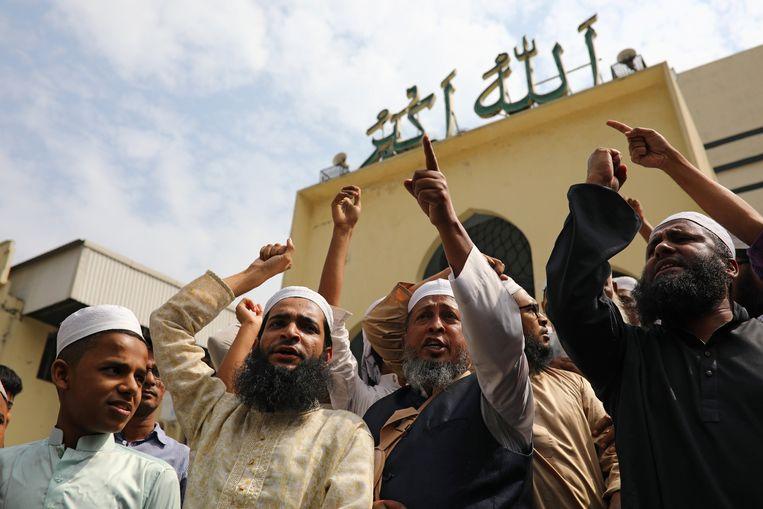 In Bangladesh kwamen moslims samen aan de Baitul Mukarram moskee om hun ongeloof en woedde te uitten. Het nationale cricketteam van Bangladesh ontsnapte net aan de aanslag. Beeld REUTERS