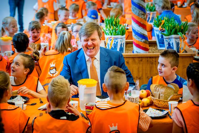 Koning Willem-Alexander ontbijt met leerlingen van Brede School De Fliert in Twello tijdens de 6e editie van de Koningsspelen, vorig jaar.
