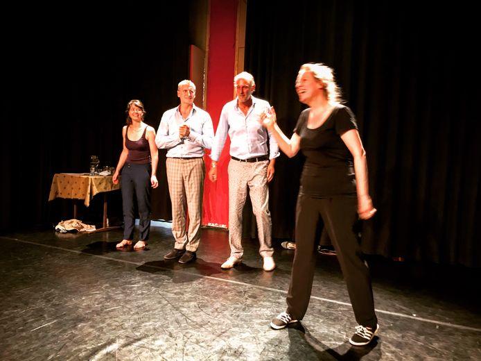 De vier acteurs van het Spiegeltheater in actie.