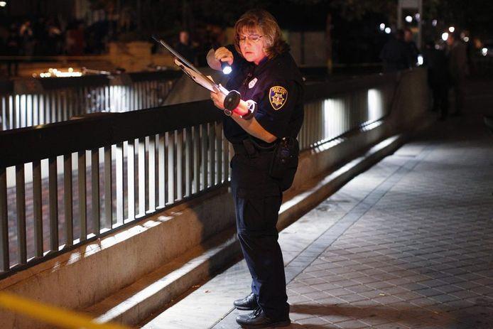 Een politieagente neemt maatregelen. © AP