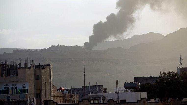 Een wapendepot van de rebellen in Sanaa is getroffen bij een bombardement door Saoedische vliegtuigen. Beeld epa