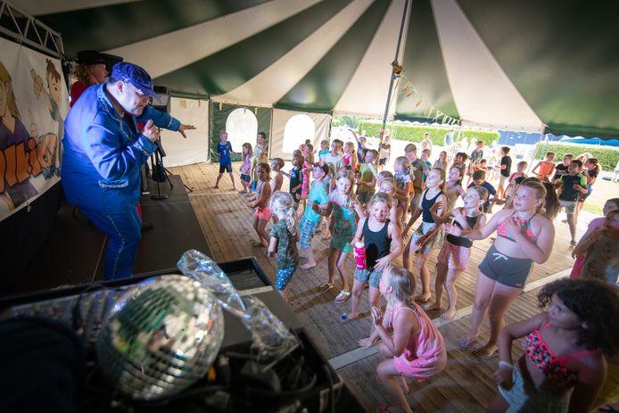 Discofeest bij zwembad De Bongerd in Wageningen.