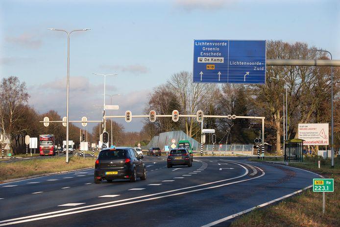 Een snellere N18 wordt onder meer mogelijk als tussen Varsseveld, Lichtenvoorde (zoals hier de afslag aan de zuidkant) en  Groenlo de kruisingen allemaal ongelijkvloers worden gemaakt.