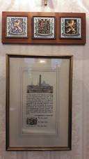 De oorkonde aan de muur van het hoofdkwartier in Brecon die de eenheid kreeg ter gelegenheid van de onthulling van het monument in Den Bosch.