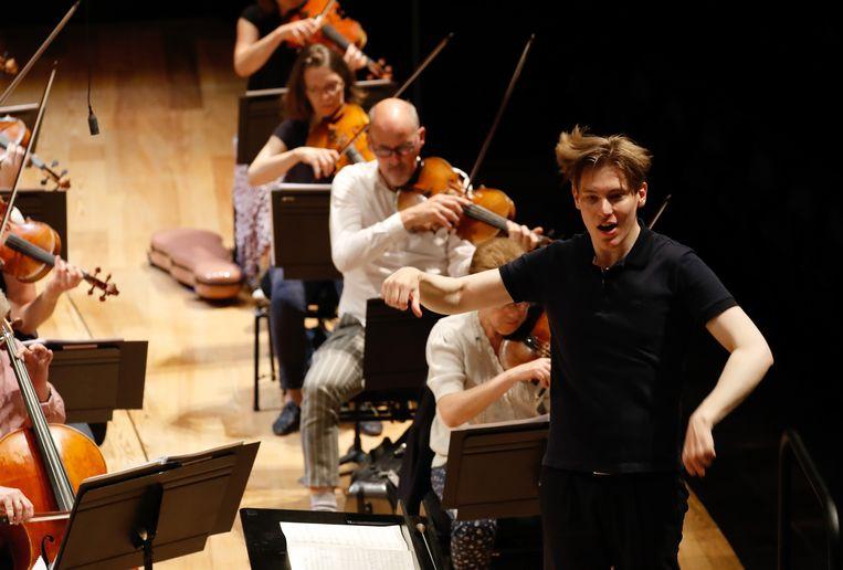 Dirigent Klaus Mäkelä dirigeert het Orchestre de Paris in de Philharmonie de Parijs in de zomer van 2020. Beeld Hollandse Hoogte / AFP
