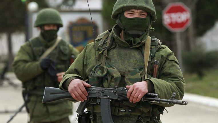 Gewapende mannen bij een Oekraïense basis in de buurt van Simferopol. Beeld reuters