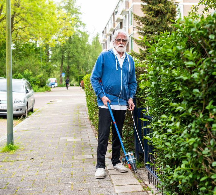 Klussen rondom het huis is de hobby van Cor van Diem (67).