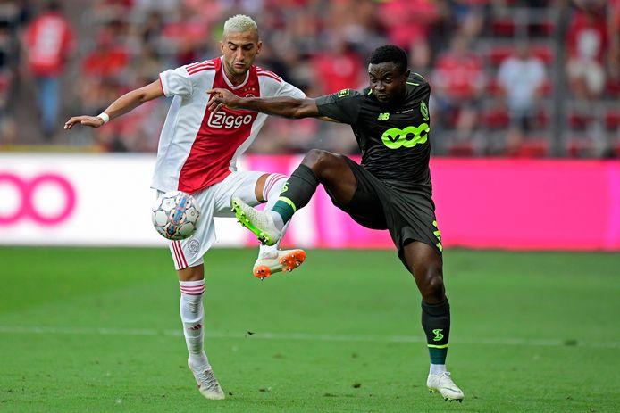 Fai (rechts) van Standard in duel met Ziyech van Ajax.