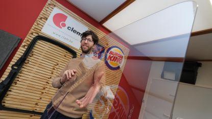 """Kortrijks bedrijf verkoopt honderden coronaschermen: """"Geen enkel virus raakt hier door"""""""
