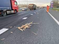 Vrachtwagen verliest trap en pallets: ravage en file op A1 van Deventer naar Apeldoorn
