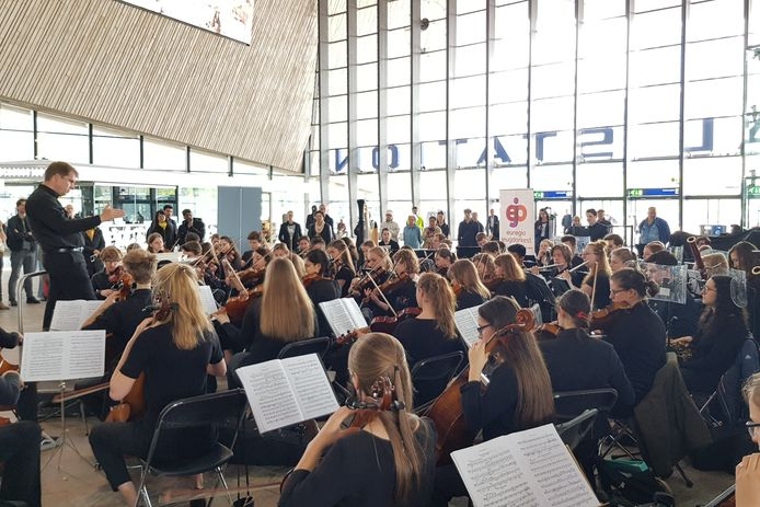 In de hal van het CS speelt het euregio jeugdorkest klassieke muziek.