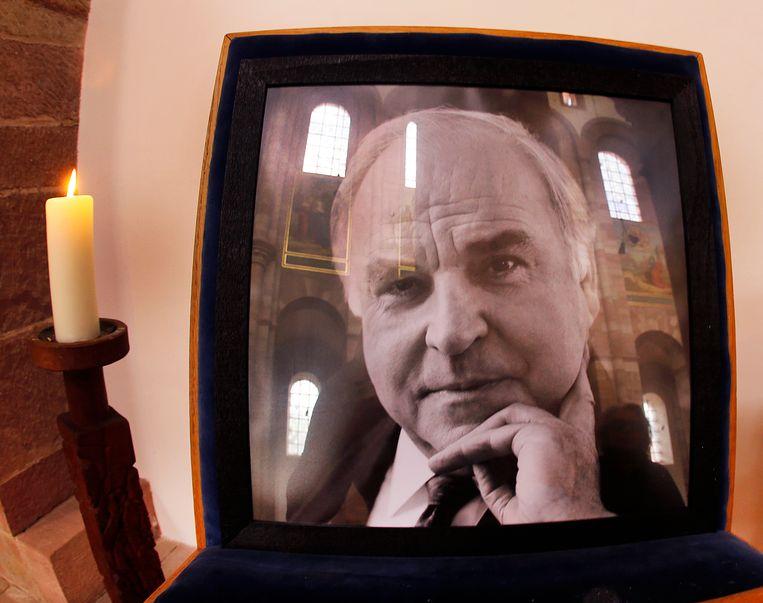 Een portret van oud-bondskanselier Helmut Kohl in de kathedraal van Speyer, waar zaterdag de begrafenisplechtigheid wordt gehouden. Beeld AP