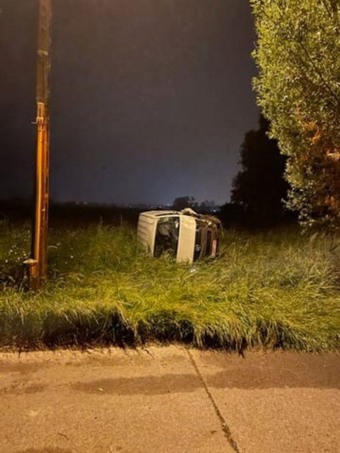 Bestelwagen crasht in de Kapittelstraat, bestuurder onder invloed had al rijverbod lopen.
