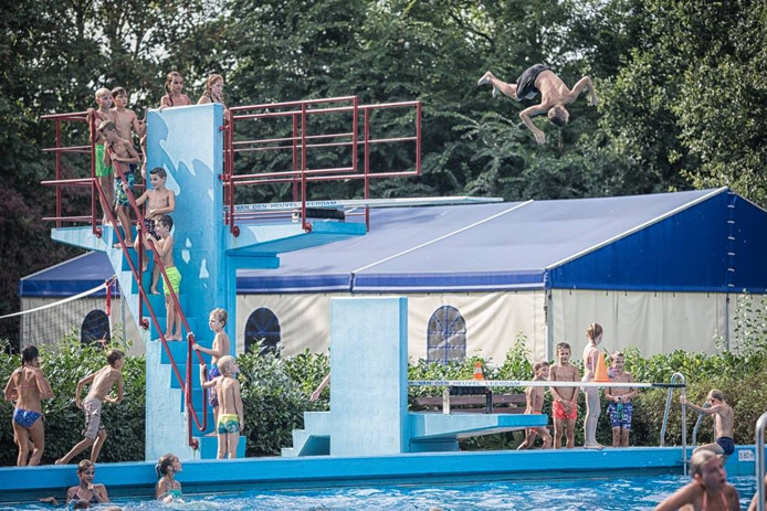 Nog even volop gespetter in zwembad De Spetter. foto Marcelle Davidse