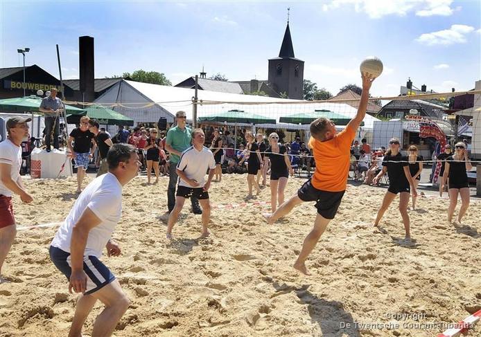 Beachvolleybal is populair zoals hier in Reutum tijdens het zomerfeest.