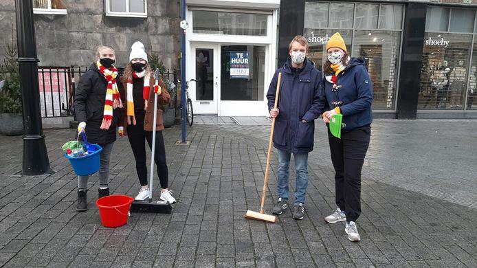 Daniëlle Roos, Tara Eikenaar, Juriaan Luijkx en Enja van Schijndel vegen de straten schoon.