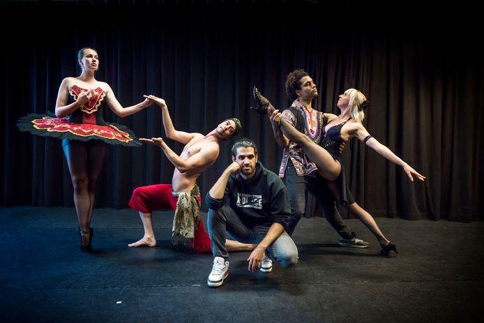 """Florence Rapati (l) tijdens een repetitie. ,,Dansen zorgt voor verbinding."""""""