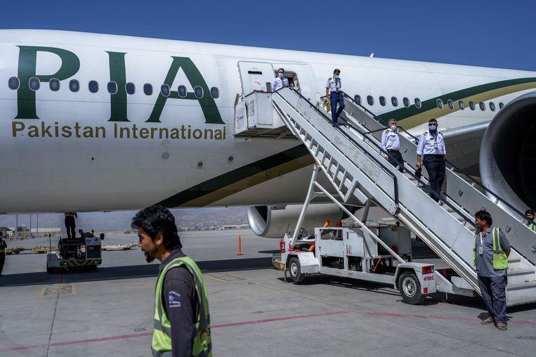 Een vliegtuig van Pakistan International Airlines (PIA) op het vliegveld van Kabul. Beeld AFP