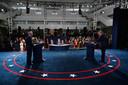 President Donald Trump (rechts) en Joe Biden aan het begin van hun debat in de  Case Western Reserve University in Cleveland, Ohio.