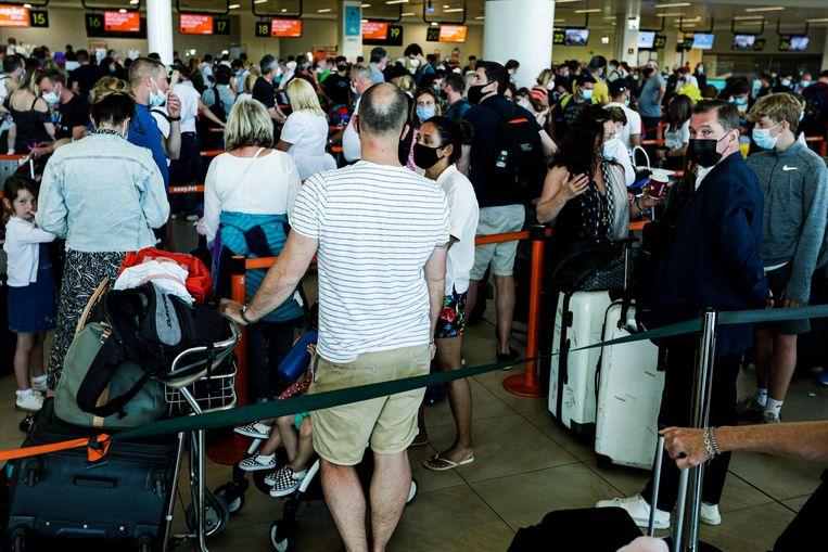 Toeristen keren terug van vakantie in Portugal. Met het hervatten van alle sociale activiteiten lijkt een verdere verspreiding van de deltavariant onvermijdelijk. Beeld EPA