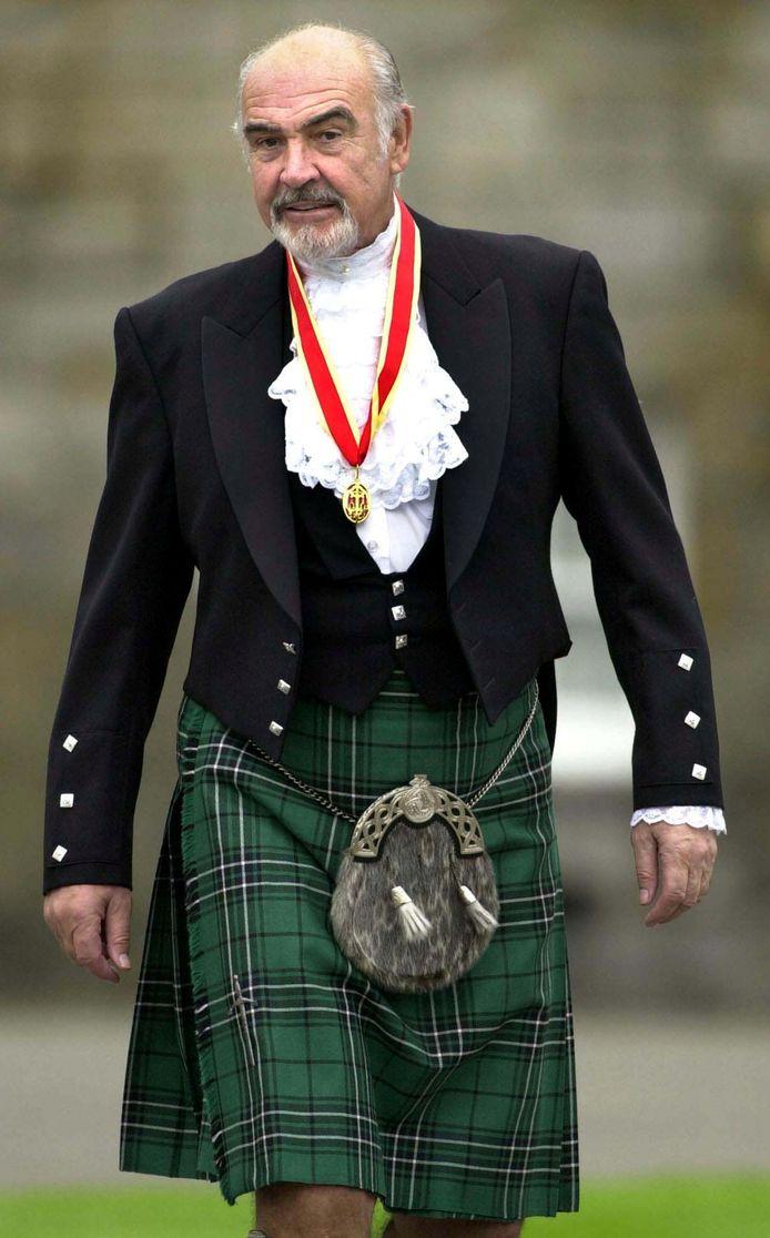 Sean Connery nadat hij geridderd werd door Queen Elizabeth.